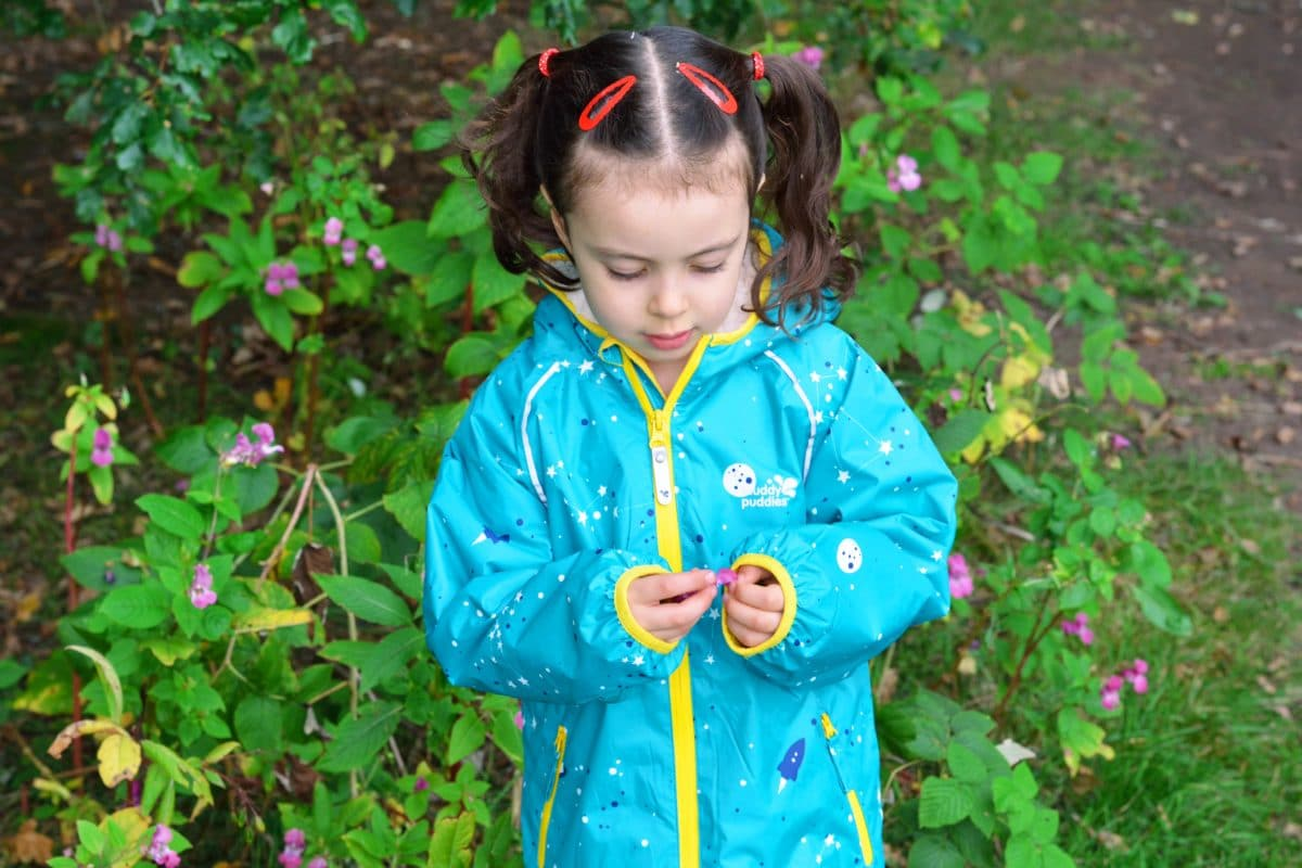 Here's a lovely review from the wonderful Georgie from Greens of the Stone Agecapturing her adorable daughter Anya (a big fan of tree climbing!). See how she's put our EcoSplash jacket and trousers to the test.